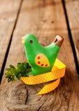 Decoración de Pascua - pájaro verde con el buxus en la madera Foto de archivo libre de regalías