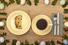 Decoración de Pascua, taza de café, placa con la torta en la madera Imagen de archivo libre de regalías