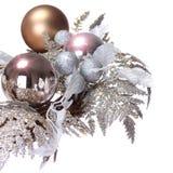 Decoración de plata de la Navidad. Las bolas brillantes y del brillo de los días de fiesta son Imagen de archivo