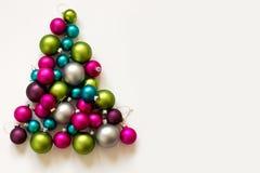 Decoración de plata verde rosada azul de la Navidad de los bulbos de la Navidad Fotos de archivo libres de regalías