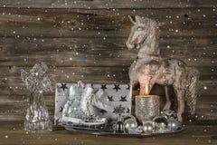 Decoración de plata y beige de la Navidad con el presente, ángel, caballo imagen de archivo libre de regalías