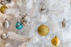 Decoración de plata y de oro de la guirnalda de las bolas para el festiva de la Navidad y del Año Nuevo Fotografía de archivo libre de regalías