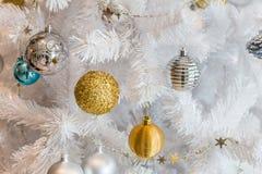 Decoración de plata y de oro de la guirnalda de las bolas para la Navidad y el festival del Año Nuevo Foto de archivo