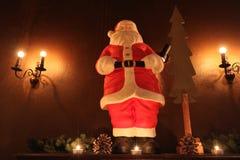 Decoración de Santa Claus Christmas con las velas fotos de archivo