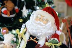 Decoración de Santa Claus Doll With Blurry Christmas detrás de la escena foto de archivo libre de regalías