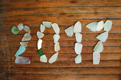 Decoración de Seaglass en fondo de madera Mosaico del vidrio del mar del Año Nuevo 2017 Imagenes de archivo