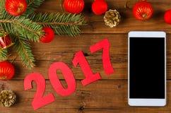 Decoración de Smartphone y de la Navidad en una tabla de madera Imagen de archivo