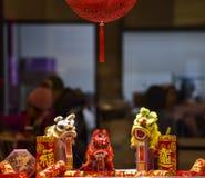 Decoración de tienda lunar china del Año Nuevo en centro comercial fotos de archivo