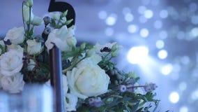 Decoración de un pasillo del banquete, flores, fresco, hermosas, vidrios, días de fiesta del Año Nuevo metrajes