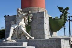 Decoración de una columna rostral en St Petersburg, Rusia Foto de archivo libre de regalías