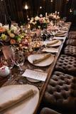 Decoración de una tabla en una fiesta de la recepción nupcial o de cumpleaños - colores oscuros hermosos foto de archivo