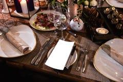 Decoración de una tabla en una fiesta de la recepción nupcial o de cumpleaños - colores oscuros hermosos fotos de archivo libres de regalías