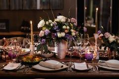 Decoración de una tabla en una fiesta de la recepción nupcial o de cumpleaños - colores oscuros hermosos imágenes de archivo libres de regalías