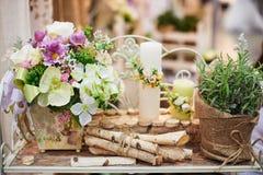Decoración de velas y de flores en la tabla de la boda en un restaurante Imagen de archivo libre de regalías