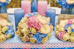 Decoración de velas y de flores en la tabla de la boda en un restaurante Foto de archivo