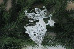 Decoración del ángel y rama de árbol de navidad de cristal Fotografía de archivo