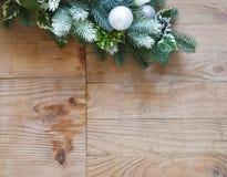 Decoración del árbol de abeto de la Navidad con los conos y las bolas de abeto foto de archivo libre de regalías