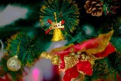 Decoración del árbol de Chirstmas con la bola Fotos de archivo libres de regalías