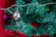 Decoración del árbol de Chirstmas con la bola Imagen de archivo