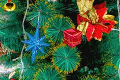 Decoración del árbol de Chirstmas con la bola Imagen de archivo libre de regalías