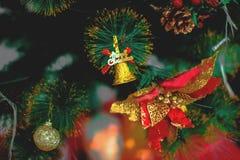 Decoración del árbol de Chirstmas con la bola Foto de archivo libre de regalías
