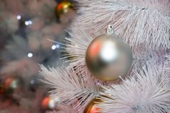 Decoración del árbol de la Navidad, celebración del Año Nuevo fotografía de archivo libre de regalías