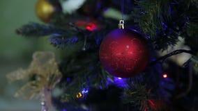 Decoración del árbol de la Navidad y del Año Nuevo, guirnalda y juguetes almacen de metraje de vídeo