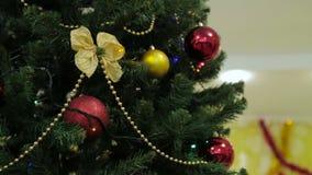 Decoración del árbol de la Navidad y del Año Nuevo, guirnalda y juguetes almacen de video