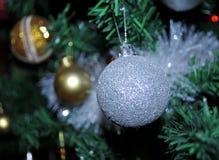 Decoración del árbol de navidad con diverso colorido, Novi Sad, Serbia Imagen de archivo