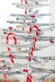 Decoración del árbol de navidad con el bastón de caramelo Imágenes de archivo libres de regalías