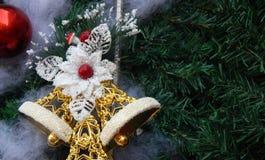 Decoración del árbol de navidad con las campanas y el fondo rojo de la chuchería Imagenes de archivo