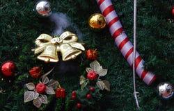 Decoración del árbol de navidad con las campanas y el fondo rojo de la chuchería Foto de archivo