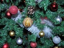 Decoración del árbol de navidad con las diversas decoraciones coloridas y que brillan Imagenes de archivo