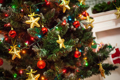 Decoración del árbol de navidad con las estrellas del oro Fotografía de archivo libre de regalías