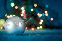 Decoración del árbol de navidad contra la guirnalda defocused Fotos de archivo