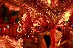 Decoración del árbol de navidad en el árbol de navidad Imagenes de archivo