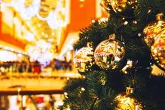 Decoración del árbol de navidad en el centro comercial, alameda Imagen de archivo
