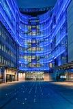 Decoración del árbol de navidad en la BBC Fotografía de archivo