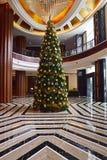Decoración del árbol de navidad en un hotel selecto local en Malasia fotos de archivo