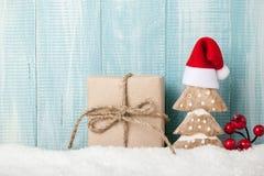 Decoración del árbol de navidad y caja de regalo en fondo de madera Imágenes de archivo libres de regalías