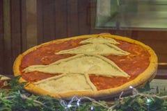 Decoración del árbol del Año Nuevo en una pizza Imágenes de archivo libres de regalías