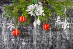 Decoración del árbol del abeto del Año Nuevo y de la Navidad del día de fiesta Imágenes de archivo libres de regalías