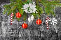 Decoración del árbol del abeto del Año Nuevo y de la Navidad del día de fiesta Fotos de archivo