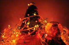 Decoración del Año Nuevo del árbol de navidad y de bombillas Imagen de archivo libre de regalías