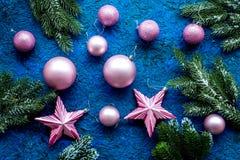Decoración del Año Nuevo Bolas y estrellas de la Navidad con las ramas spruce en modelo azul de la opinión superior del fondo Imágenes de archivo libres de regalías