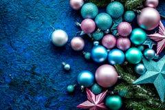 Decoración del Año Nuevo Bolas y estrellas de la Navidad con las ramas spruce en mofa azul de la opinión superior del fondo para  Imagen de archivo libre de regalías