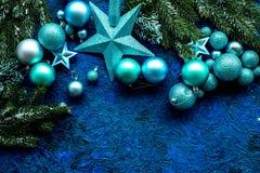 Decoración del Año Nuevo Bolas y estrellas de la Navidad con las ramas spruce en mofa azul de la opinión superior del fondo para  Foto de archivo