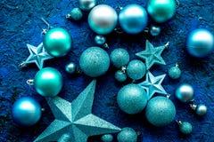 Decoración del Año Nuevo Bolas y estrellas de la Navidad en modelo azul de la opinión superior del fondo Imagen de archivo