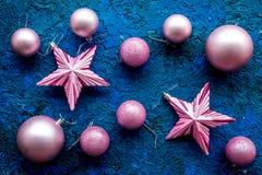 Decoración del Año Nuevo Bolas y estrellas de la Navidad en modelo azul de la opinión superior del fondo Imágenes de archivo libres de regalías