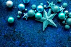 Decoración del Año Nuevo Bolas y estrellas de la Navidad en mofa azul de la opinión superior del fondo para arriba Imagen de archivo libre de regalías